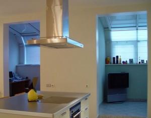 Кухонная вытяжка является нужным и полезным изобретением.  Она очищает воздух в кухне от запахов, гари и дыма.